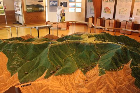 資料館には美ヶ原高原の模型が。解説ビデオも流れます。