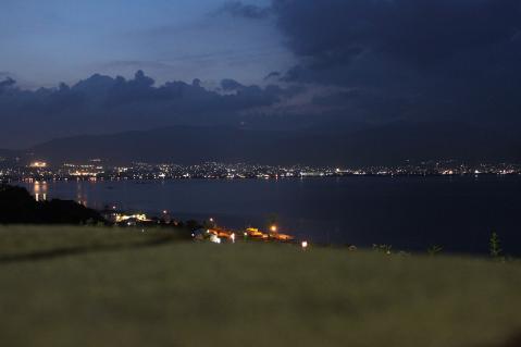 諏訪湖の夜景。