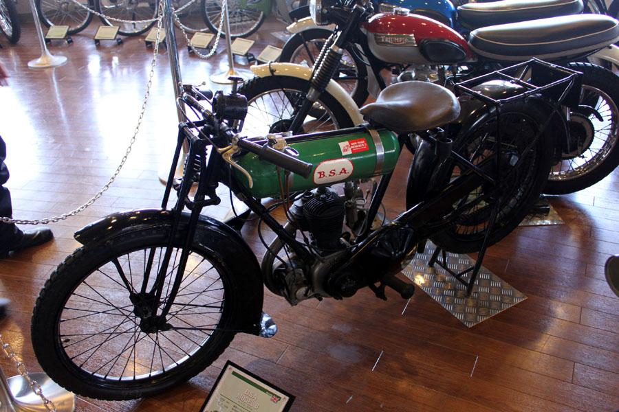 自転車の 自転車 ヘルメット ドイツ製 : BSA。緑の消化器のようなタンク ...