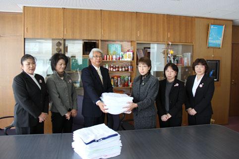 20130206JA北いぶき女性部沼田支部が町老人ホームに雑巾を寄付