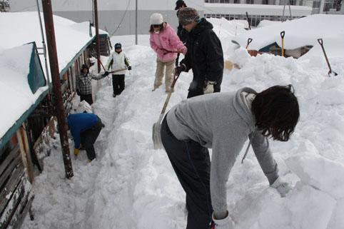 20130209役場青年女性部と中学生が除雪ボランティア