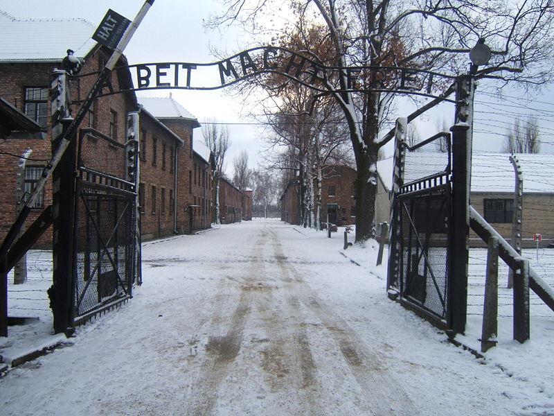 800px-Auschwitz_I_entrance_snow.jpg