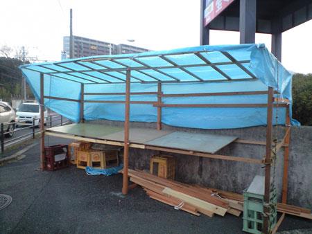 青いテントはお正月飾りを売るお店