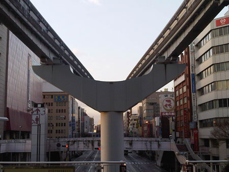 朝の駅の風景