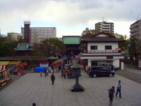 西新井大師前庭