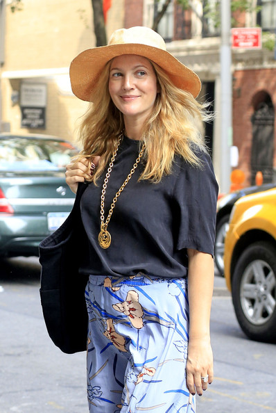 Drew+Barrymore+shops+Barneys+store+Madison+cDtqiIatITAl.jpg