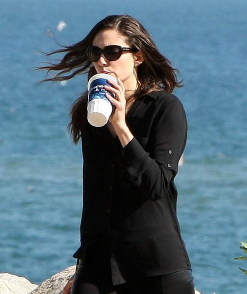 Emmy+Rossum+Stops+Use+Cell+Phone+fo_wTCPG1zzl.jpg