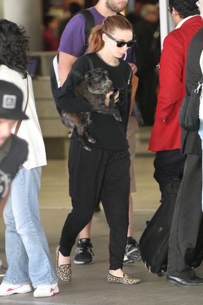 Rooney+Mara+carries+little+black+dog+makes+ucEasG-rpd7l.jpg