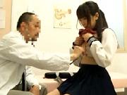 【鬼畜医師】診察にきた女子校生に媚薬を飲ませて潮吹き雌犬に仕立てる鬼畜医!白目で感じる少女!