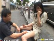 人々が行き交う歩道で電マでヨガるマ○コ丸出し変態露出女