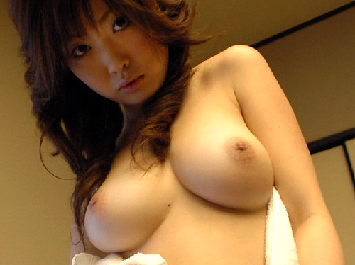 【美乳画像】風船のような美しい爆乳!…柔らかな下乳がたまりませんね!