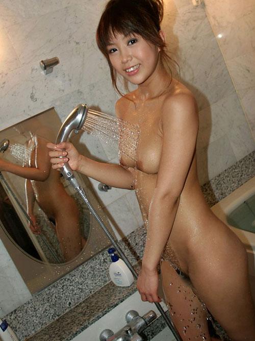 シャワーを浴びてる濡れおっぱい