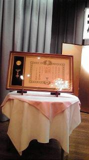ステージ上に勲章