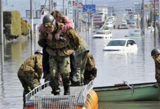 ▼石巻市で続く救出活動3月14日(AP通信)