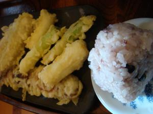 おにぎり(黒豆)と天ぷら