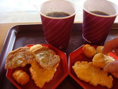 素敵な景色を眺めながらコーヒーとおいしい播磨屋のおかきを食べましょう