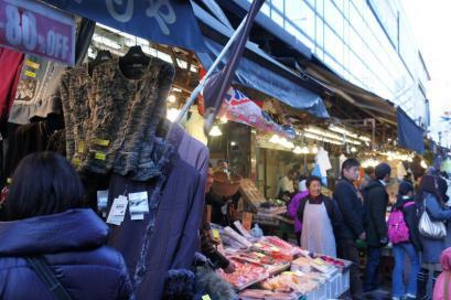 魚屋の横は衣料品店。
