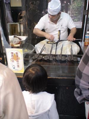 人形焼製造を凝視する第一子