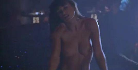 デミ・ムーア  激しい全裸ストリップシーン