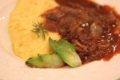 牛頬肉の赤ワインソースオムレツ
