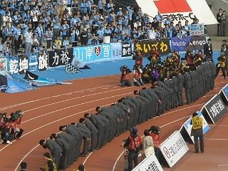 ナビスコ杯表彰式での態度が問題となり、8日、等々力での試合前、川崎Fの社長、監督、選手などスタッフ全員がスーツ姿でファンに謝罪。