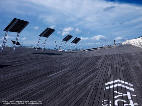大さん橋の屋上広場辺りからウッドデッキと空を見上げる