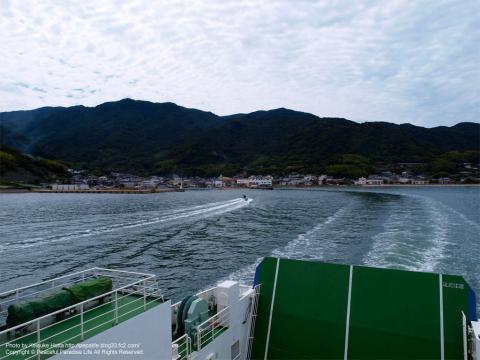 フェリーから小豆島を望む