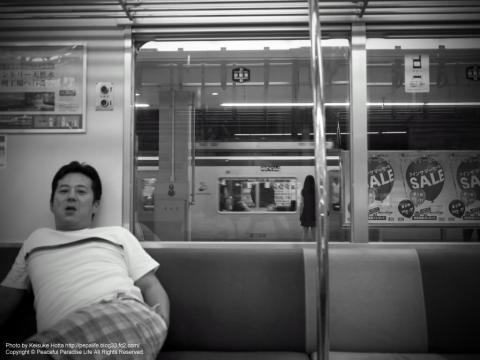 終電の発車待ちをするおっさん