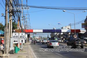 この記事「プーケットの国旗カラーの歩道橋」の写真 (365-119)