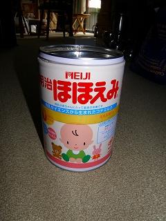 s-粉ミルクの缶