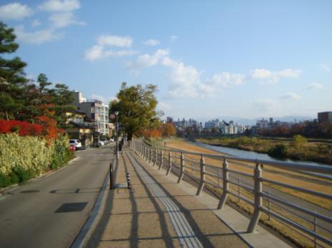 犀川沿いの道