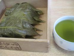 桜もちとお茶で250円也
