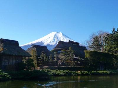 茅葺屋根と富士