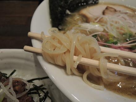 海老醤油ラーメンの麺