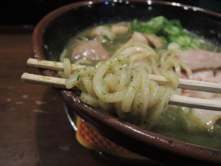 特大牡蠣とアオサ海苔の豚塩ラーメンの麺