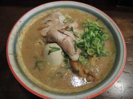 鶏のムース入りドロドロ豚骨系ラーメン(1260円)