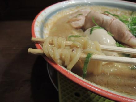 鶏のムース入りドロドロ豚骨系ラーメンの麺