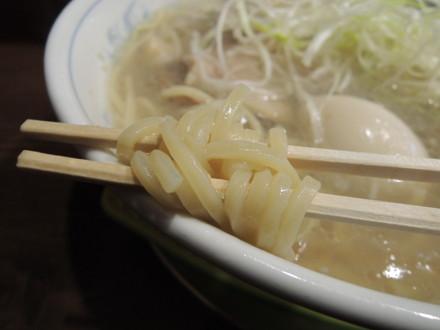 特大牡蠣とホタテ貝柱の貝塩ラーメンの麺