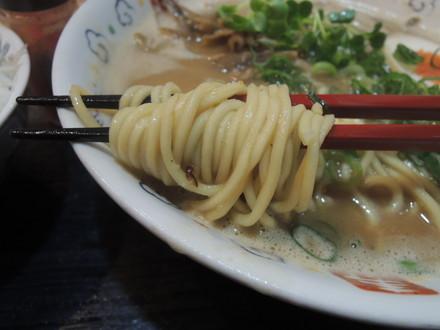 豚骨スープのみそラーメンの麺
