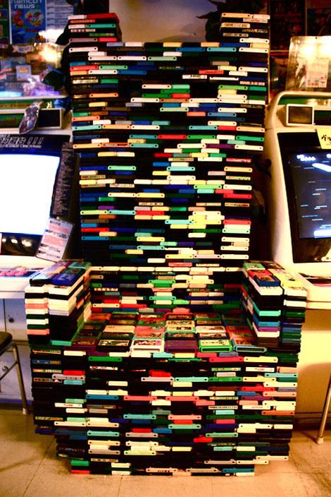 7フィートの高さに積まれたファミコンカートリッジ
