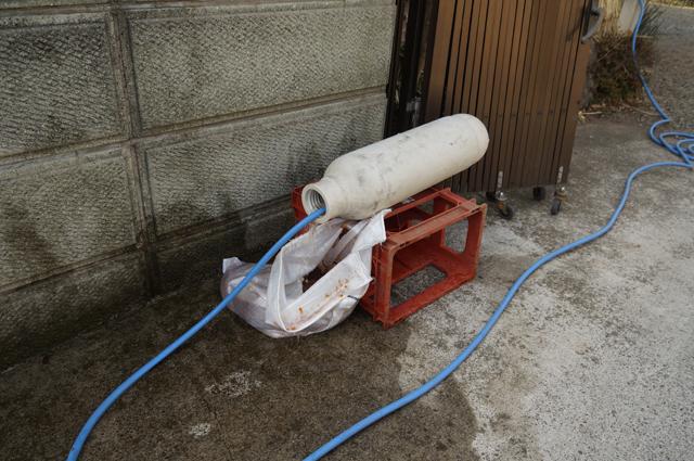 筒からイオン交換樹脂を排出中