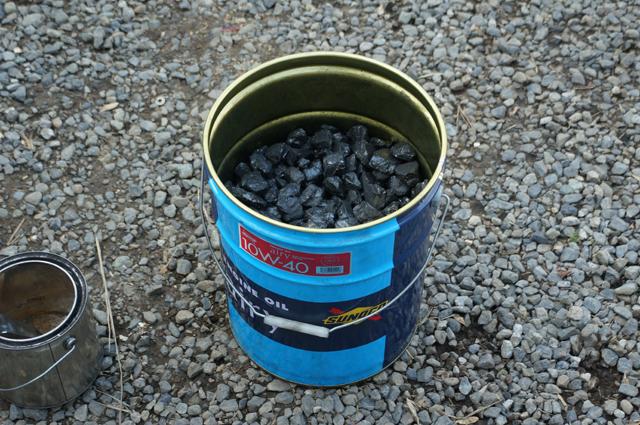約15kg分の石炭が入る20Lオイルペール缶 1/4~1/3くらい無煙炭を使いました