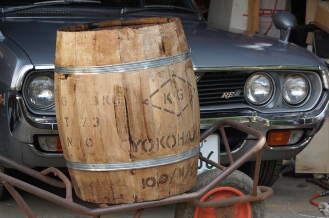 塗れてきました、樽に塗料
