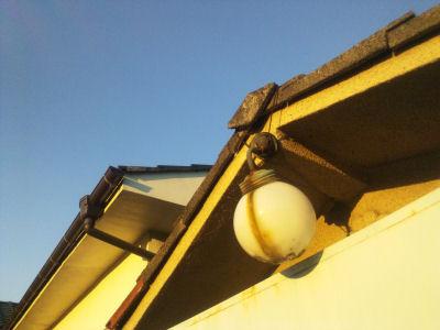 古い消防小屋と古い、そして落ちそうな電燈