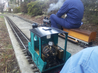 S-304 蒸気機関車と フォルテVer.MAZDA 並走