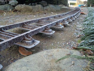 霜の降りた簡易軌道・軽便鉄道みたいな庭園鉄道