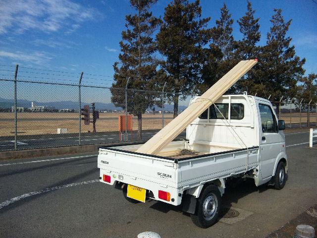 マツダスクラム、材木を積載し、横田基地北西部にて