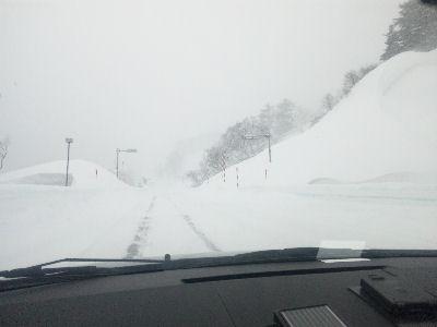 月山の道路、雪だらけ