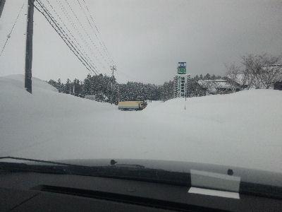 はにゃ!?雪の壁の中にトラック!?