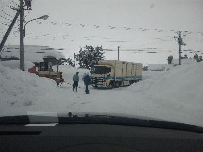 雪に行く手を阻まれたトラック